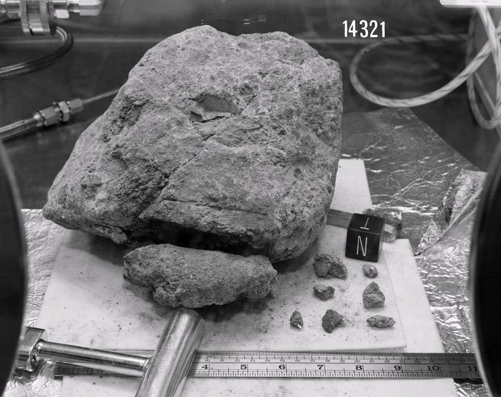 La roche lunaire 14321 est la plus grosse ramenée lors de la mission Apollo 14. Elle a reçu le surnom de « Big Berta » et pesait environ 9 kg. C'est la troisième plus grosse roche ramenée par le programme Apollo. © Nasa