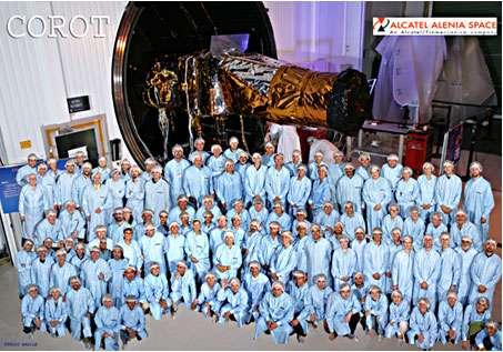 Figure 6 : le satellite Corot et une partie de la communauté qui a œuvré pour sa réalisation (photo prise lors des derniers essais, quelques mois avant le tir en 2006). © DR