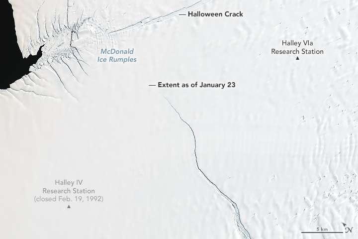 La fissure se propageant vers le nord, vue le 23 janvier 2019 par le satellite Landsat 8. Elle se nomme Chasm 1. Au nord, une autre fissure appelée Halloween Crack, ouverte en octobre 2016, se dirige vers l'est. © Nasa Earth Observatory image by Joshua Stevens using Landsat data from the U.S. Geological Survey