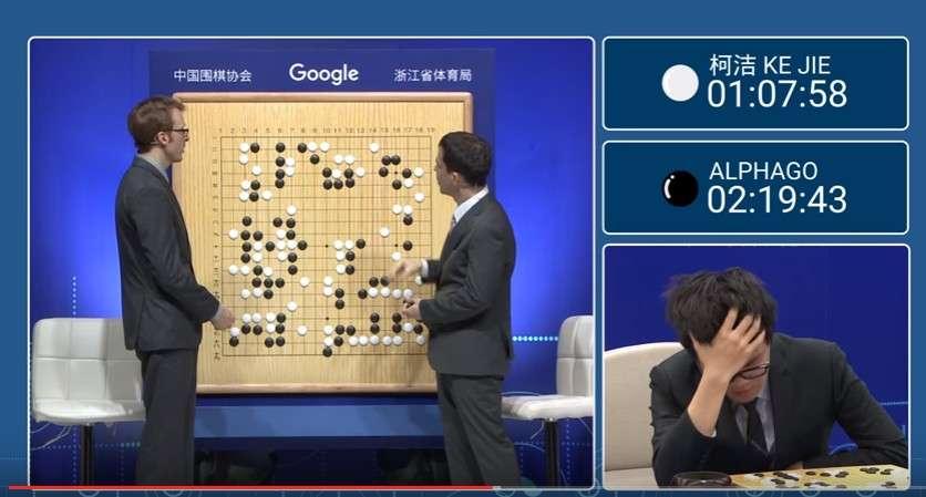 À droite, le n° 1 mondial de jeu de go, Ke Jie, lors de son ultime confrontation face à l'IA AlphaGo. Le jeune homme a tenté de déstabiliser la mécanique implacable en jouant des coups considérés comme peu conventionnels. Rien n'y a fait. © DeepMind