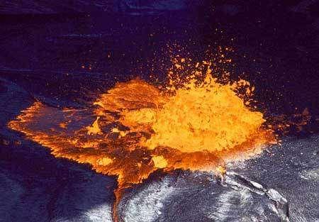 Bulle de gaz éclatant à la surface du lac de lave dans le cratère de l'Erta Ale. (© Stromboli on line http://www.stromboli.net)