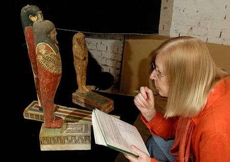 C. Ziegler déchiffrant les hiéroglyphes inscrits sur les statues de Ptah-Sokar-Osiris. © Photos Christian Décamps / Mission archéologique du Louvre à Saqqara