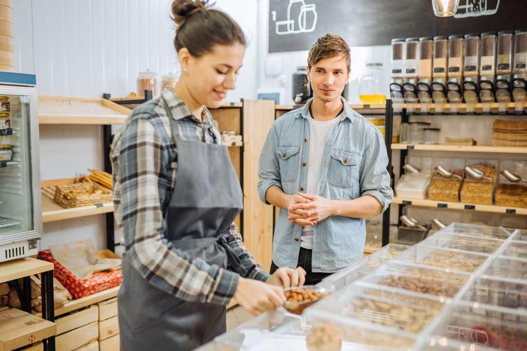 La vente de produits alimentaires en vrac comme les fruits et légumes secs, les pâtes ou le riz permet de réduire de façon significative les emballages. Moins de déchets pour un budget sensiblement équivalent. © Iryna, Adobe Stock
