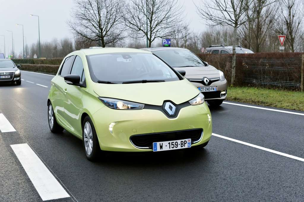 Cette Renault ressemble à une Zoé électrique. C'est en fait une Next Two, un prototype capable de rouler seul dans la circulation, à moins de 30 km/h. La Next Two sait aussi se garer. © Renault