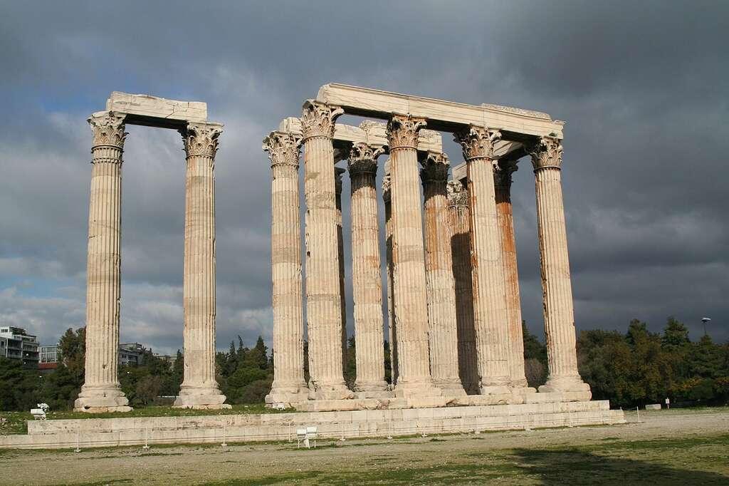 Le temple de Zeus olympien, aussi appelé Olympiéion, se situe au pied de l'acropole d'Athènes. Sa construction s'est déroulée sur plusieurs siècles, avant de s'achever sous l'empereur romain Hadrien en 131 de notre ère. © Chrisfl, CC by-sa 2.5