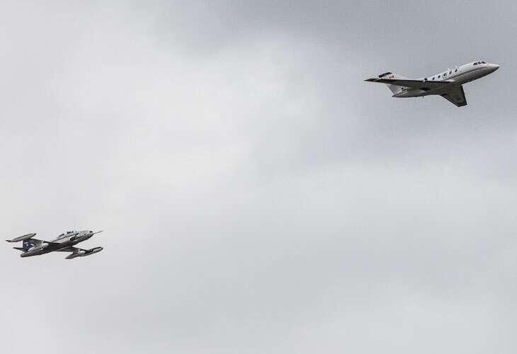 Le 28 octobre 2012 : un Falcon 20, à droite, vole, pour la première fois avec un carburant à 100 % d'origine végétale. L'avion suiveur, un Lockheed T33, analyse ses émissions. Cette étude était conduite au Canada par le CNRC, associé à des industriels qui ont mis au point et produit le carburant à partir de plantes oléagineuses. © CNRC