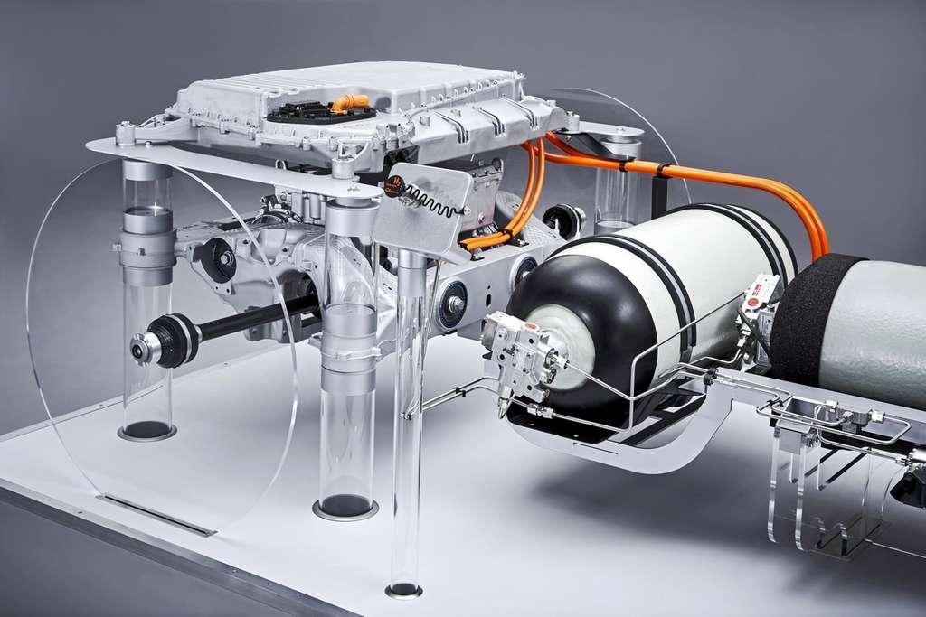 Sur cette image, la batterie additionnelle qui complète l'énergie fournie par la pile à combustible se trouve au-dessus du moteur électrique. © BMW