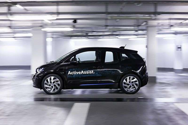 BMW teste son système de stationnement autonome sur une i3 électrique. Le constructeur allemand de donne pas de délai pour la commercialisation de cette technologie. © BMW