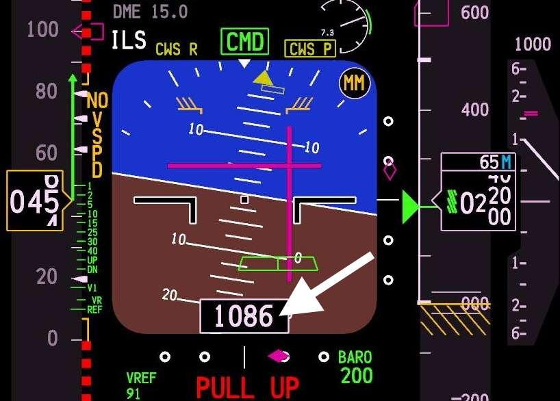 Contrairement à l'altimètre qui renseigne sur une altitude barométrique, le radioaltimètre indique une hauteur. Cette donnée est relevée en utilisant un radar dont les ondes pourraient éventuellement interférer avec la 5G. © Capture Boeing 737, Flight Simulator