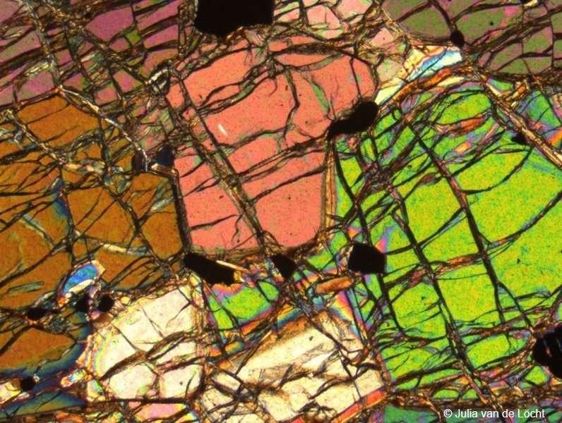 Dans le sud-ouest du Groenland, les roches les plus anciennes du manteau de notre Terre sont directement accessibles dans des affleurements de surface comme on en voit sur la photo du haut. Sur la photo du bas, une coupe de cette roche composée principalement d'olivine minérale. © Université de Nouvelle-Galles du Sud; Julia van de Löcht, Université de Cologne