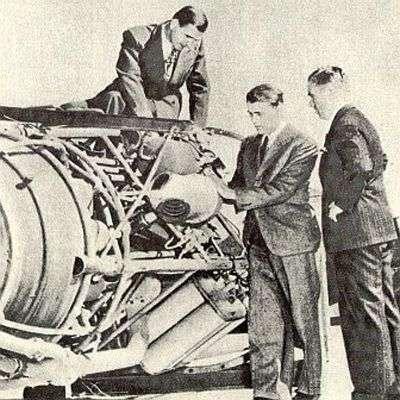 Découverte du cauchemar de plombier à White Sands par l'équipe de Von Braun. Ce dernier apparaît perché sur la fusée. Crédit : Nasa