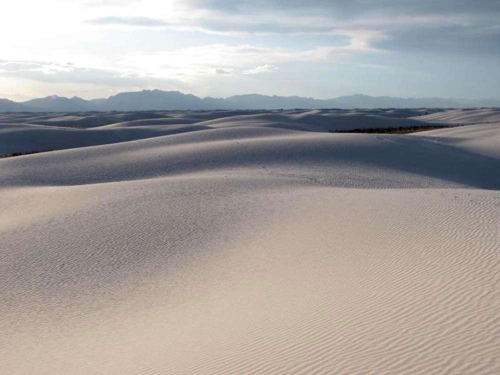 La planète réfléchit environ 30 % de l'énergie qu'elle reçoit du Soleil. Pour une part, cette réflectance est due aux nuages et aux surfaces enneigées mais les surfaces désertiques ont, elles aussi, une réflectance très élevée. © Nasa, DP