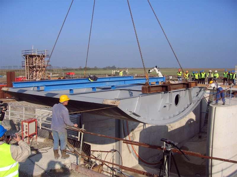 Les 4 vannes secteur composant le demi-barrage