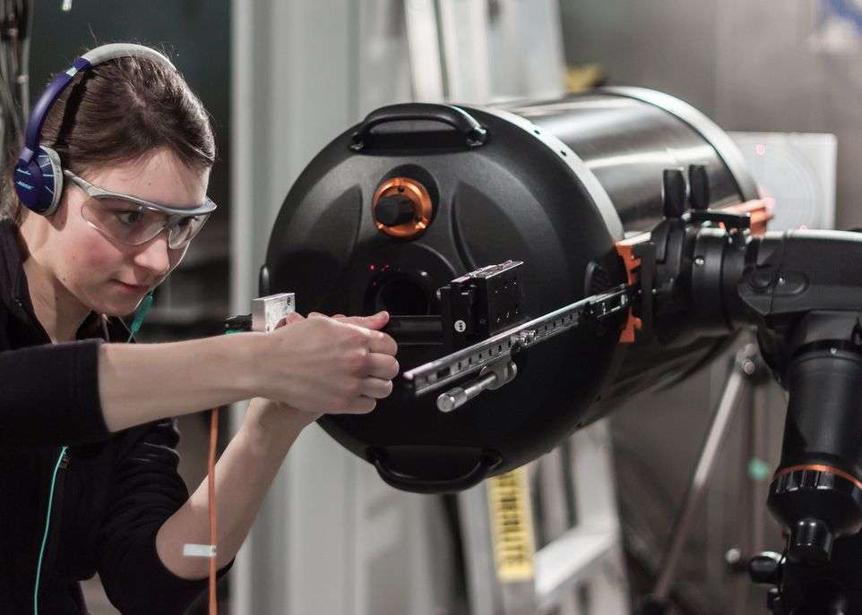 Mireille Ouellet, étudiante à la maîtrise en physique, apporte quelques ajustements au télescope. © Guillaume Allain, Université Laval