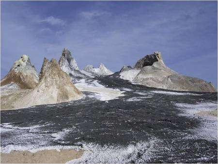 Figure 3. (Cliquer pour agrandir.) Panoramique du cratère. Les différents édifices sont des cônes d'éjectas (spatter cones). Les coulées de carbonatites, originalement noires, blanchissent en quelques jours par hydratation au contact de l'atmosphère. Crédit : CRPG (INSU-CNRS), Photo : B. Marty