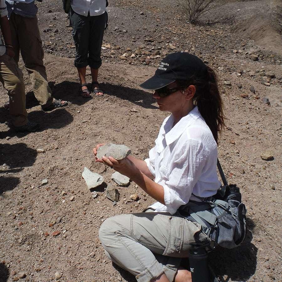 L'archéologue Sonia Harmand fait cours à des étudiants sur le site de Lokalalei 2C dans le cadre d'un stage de terrain organisé par le Turkana Basin Institute. Ce site a livré des objets issus d'une industrie lithique datée de près de 2,3 millions d'années. Il constitue un des plus vieux gisements préhistoriques connus actuellement en Afrique de l'Est. ©Turkana Basin Institute