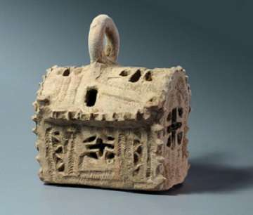 Cette lanterne en céramique, ayant la forme d'une église, a été retrouvée sur le site du complexe de vinification à proximité d'Ashkelon, datant de l'époque byzantine. © Clara Amit, Israel Antiquities Authority