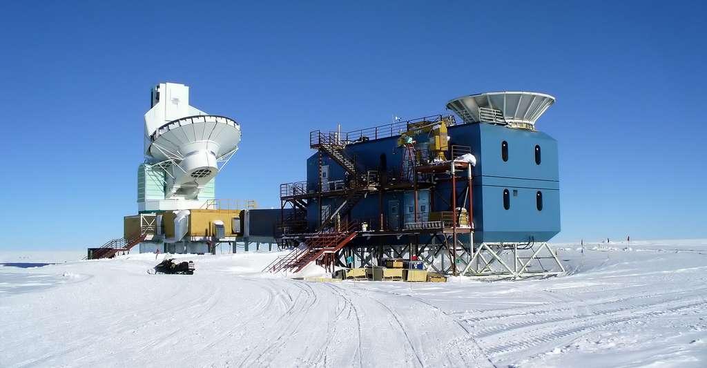 Singularités et temps zéro : de quoi s'agit-il ? Ici, le South Pole Telescope (à gauche) et Bicep2 (à droite), au pôle Sud, servant à mesurer la polarisation du fond diffus cosmologique. © Amble, Wikimedia Commons, CC by-sa 3.0