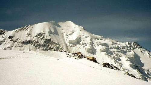 Depuis la catastrophe du glacier de Tête Rousse, un tunnel a été construit pour permettre l'évacuation de la poche glaciaire. © DR