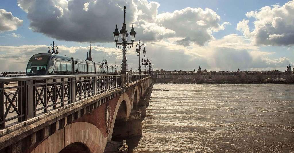 Depuis l'arrivée, en juillet 2017, de la LGV reliant Bordeaux à Paris en deux heures seulement, la capitale de la Nouvelle-Aquitaine a le vent en poupe et séduit les investisseurs. © marcodelucia, Pixabay, CC0 Creative Commons
