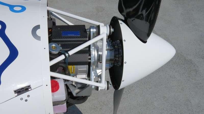 Derrière l'hélice, le minuscule moteur développe 85 kW. Il n'est pas encombrant, mais nécessite de lourdes batteries qui se trouvent juste en arrière. Directement accessibles en démontant un capot, elles peuvent être retirées facilement et échangées contre des batteries chargées. © Pipistrel