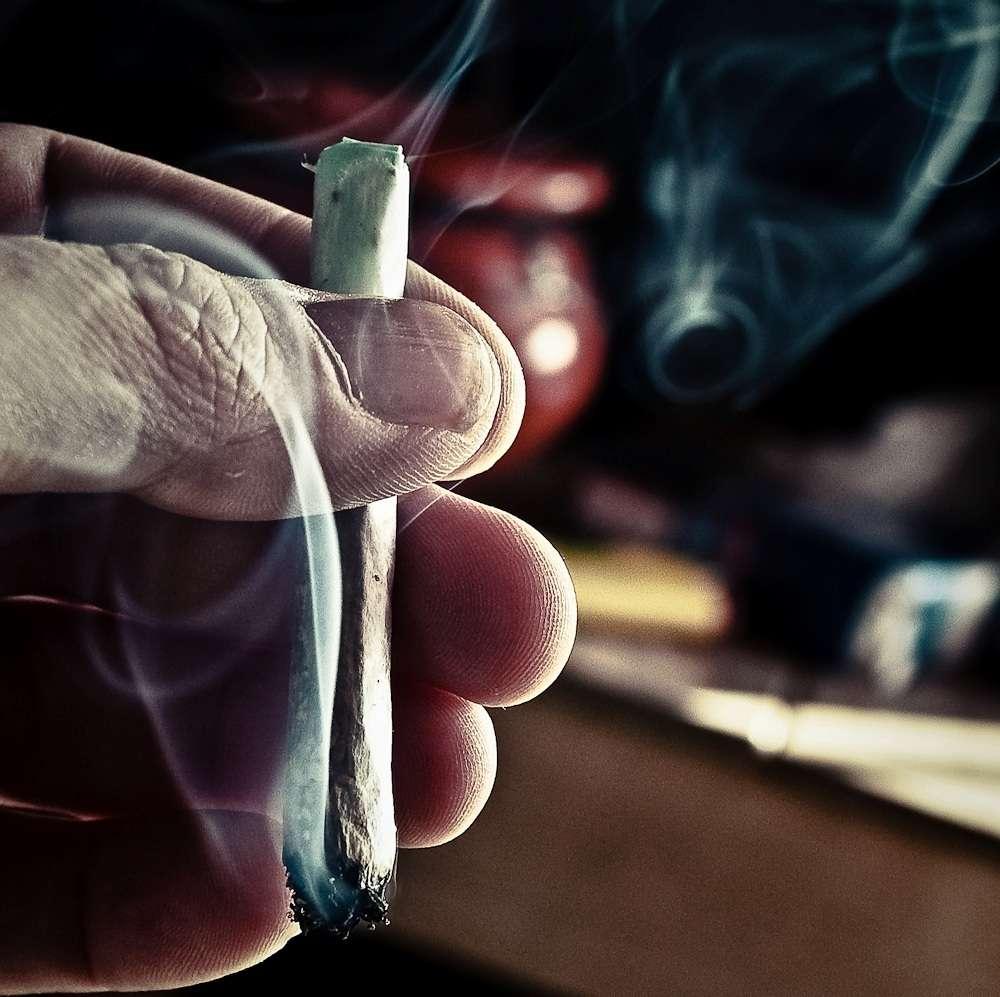 Délivrés par spray nasal, les cannabinoïdes présents dans le Sativex ne sont pas métabolisés de la même façon que lorsque la plante est fumée, ce qui change un peu les effets et ne devrait pas susciter l'intérêt des consommateurs réguliers cherchant à se procurer du cannabis. © Splifr intermission, Fotopedia, cc by nc 2.0