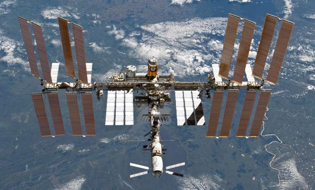 La Station spatiale photographiée par l'équipage de Discovery avec, au premier plan l'ATV Johannes Kepler et de couleur orange, l'HTV-2 du Japon. © Nasa