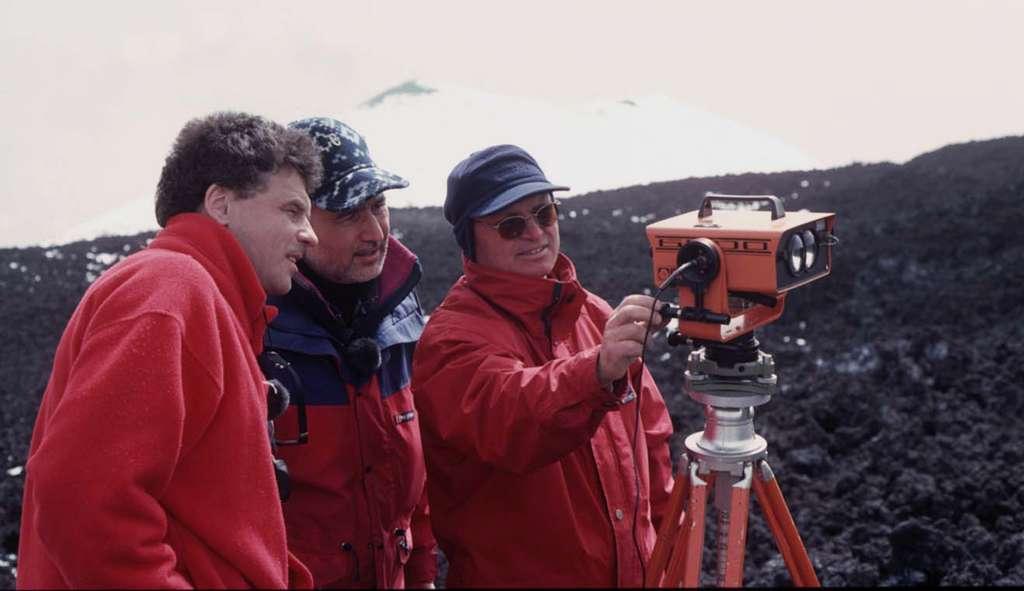 Jacques-Marie Bardintzeff (à gauche) avec Giuseppe Puglisi (au centre) et Biagio Puglisi (à droite) de l'Institut national de géophysique et volcanologie de Catane, lors de mesures de distance et de déformation sur l'Etna, en avril 2000. © J.-M. Bardintzeff, tous droits réservés, reproduction interdite