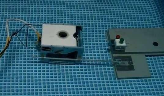 Pour tester leur robot, les chercheurs de l'université d'Okayama ont simulé une procédure d'arrimage à une station de charge. Le robot devait aller insérer son guide dans un anneau de sept centimètres de diamètre en s'aidant de marqueurs optiques placés sur la cible. © Okayama University/YouTube