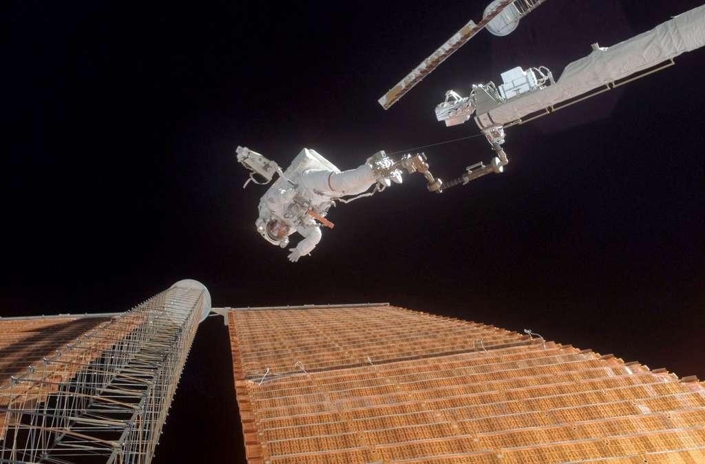 L'intervention à haut risque de Scott Parazynski lors de la réparation d'un des panneaux solaires de l'ISS, en novembre 2007. © Nasa
