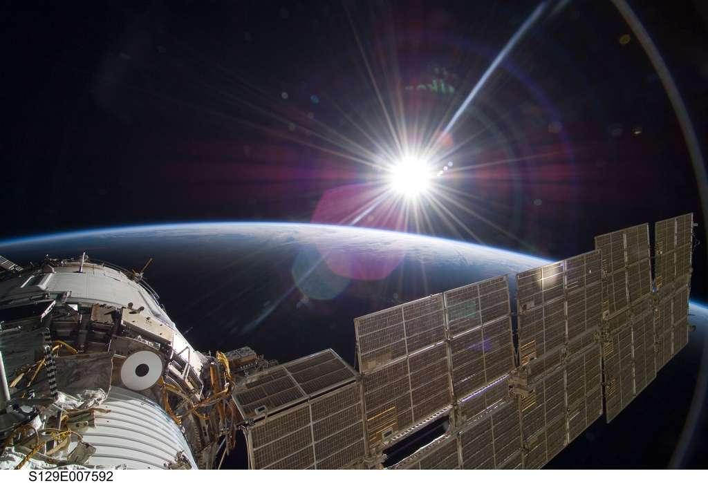 Cette photo, prise depuis la Station spatiale internationale, en orbite autour de la Terre, représente notre Planète bleue, gravitant elle-même sur une orbite parcourue en une année autour du Soleil, en arrière-plan. © Nasa's Marshall Space Flight Center, Flickr, cc by nc 2.0
