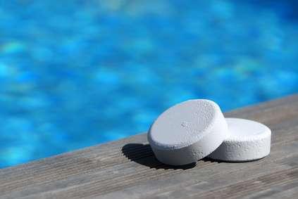 En galets, poudre ou liquide, le chlore chimique est le traitement pour l'eau de piscine le plus utilisé. Trop dosé, il est responsable d'irritation des yeux et de la peau. Aujourd'hui, ce produit est décrié pour son impact sur la faune et la flore. © JMPhoto