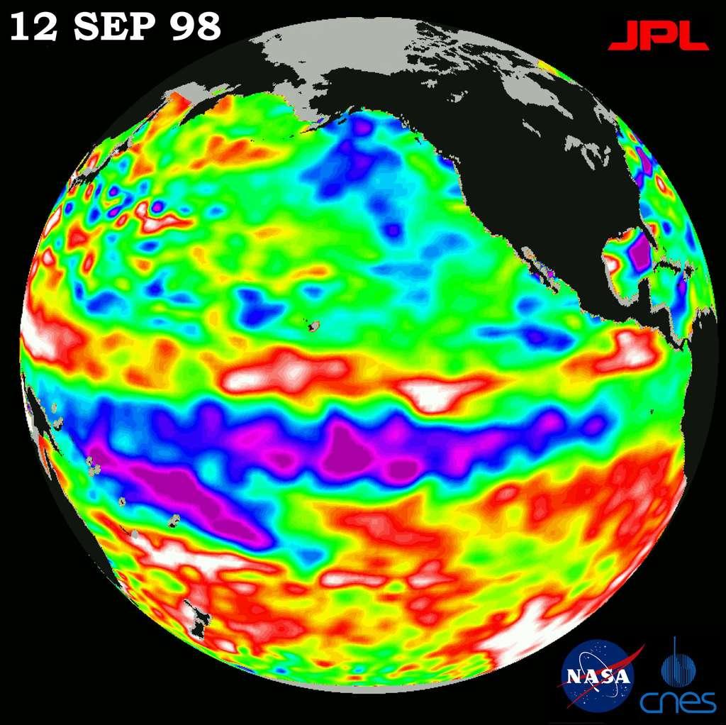 Observé par le même satellite Topex/Poseidon, l'épisode El Niño de septembre 1998. L'eau de surface n'est froide qu'au centre du Pacifique. À l'est, le long des côtes de l'Amérique du Sud, les eaux sont chaudes, empêchant l'upwelling (remontée d'eau froide profonde). © Nasa/JPL/CalTech