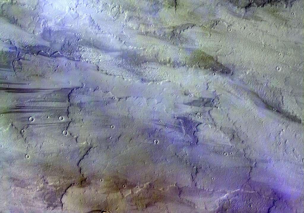Cette image d'une partie de la région volcanique de Tharsis a été acquise en novembre 2016 alors que la sonde TGO se trouvait à plus de 1.700 kilomètres de la surface de la planète. Nuages d'eau et/ou de glace, ciel brumeux et une légère brise : telle aurait pu être la météo de cette région le 22 novembre 2016, lorsque cette image a été prise par la caméra Cassis. © ESA, Roscosmos, Cassis