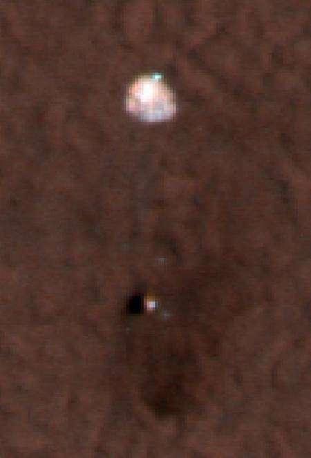 Le parachute de Phoenix, encore relié à la partie supérieure du bouclier. Crédit : Nasa/JPL-Caltech/University of Arizona