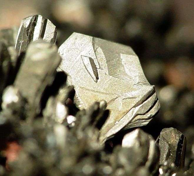 L'arsenic est un élément chimique que l'on trouve à l'état brut sous forme de pierre. C'est lorsqu'il se trouve à l'état inorganique (non lié à un atome de carbone) que ce poison devient le plus ravageur. © Rob Lavinsky, iRocks.com, cc by sa 3.0