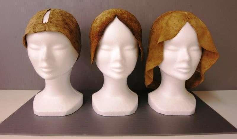 Trois bonnets restaurés ayant appartenu à Louise de Quengo, dont le corps a été découvert dans un cercueil en plomb dans le couvent des Jacobins, Rennes (Ille-et-Vilaine), 2015. © Rozenn Colleter, Inrap