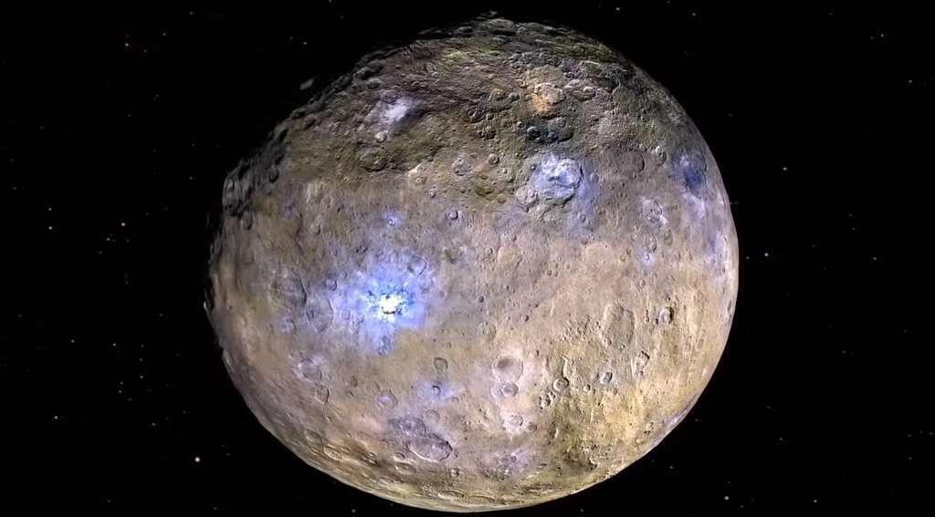 Cérès (940 km de diamètre) en fausses couleurs. Les nuances de bleu indiquent les matériaux les plus réfléchissants que l'on pense composés de glaces salées, mis au jour par les impacts formant des cratères. Parmi les plus brillants, le cratère Occator. © Nasa, JPL-Caltech, Ucla, MPS, DLR, IDA