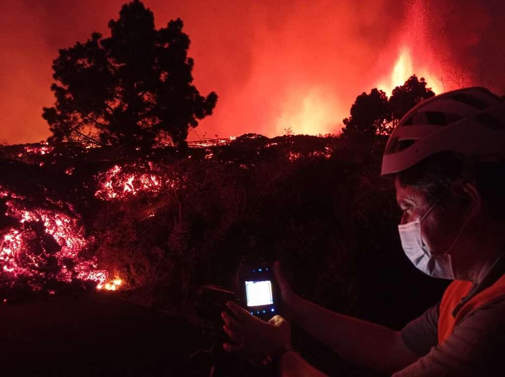 Photo d'un volcanologue en train de prendre la température de la lave lors de l'éruption de La Palma ce 19 septembre 2021 : 1.075 °C. © Instituto Volcanológico de Canarias