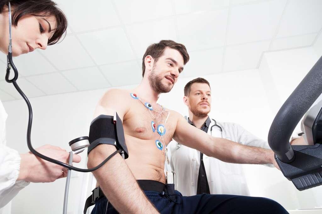 La réadaptation cardiaque fondée sur l'activité physique induit une baisse de 30 % de la mortalité d'origine cardiovasculaire, de 26 % de la mortalité totale et une diminution de 31 % du risque de réhospitalisation, d'après le rapport. © SerafinoMozzo, Istock.com