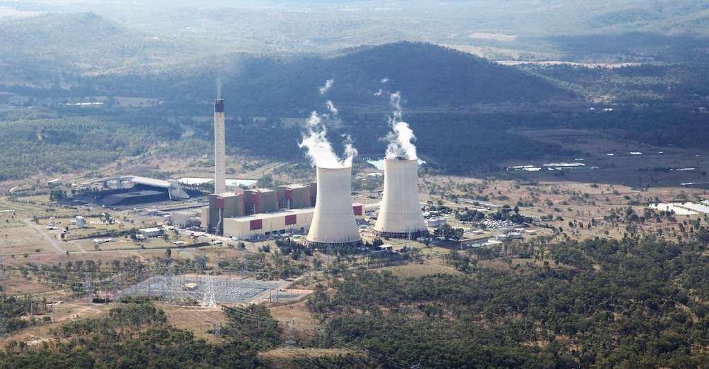 Les cheminées des centrales à charbon émettent des particules ultrafines à quelque 200 ou 300 mètres de hauteur. Elles sont ensuite répandues sur plusieurs centaines de kilomètres à la ronde, en fonction des conditions météorologiques. Ici, une vue de la centrale thermique de Stanwell (Australie) depuis l'avion de recherche utilisé par les chercheurs pour mener à bien leurs travaux. © Jorg Hacker, Airborne Research Australia
