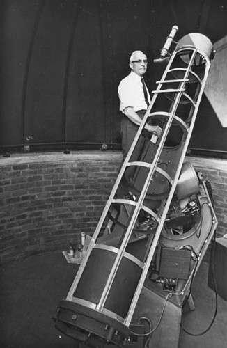 J. Bennett derrière son télescope. Crédit Association Astronomique d'Afrique du Sud