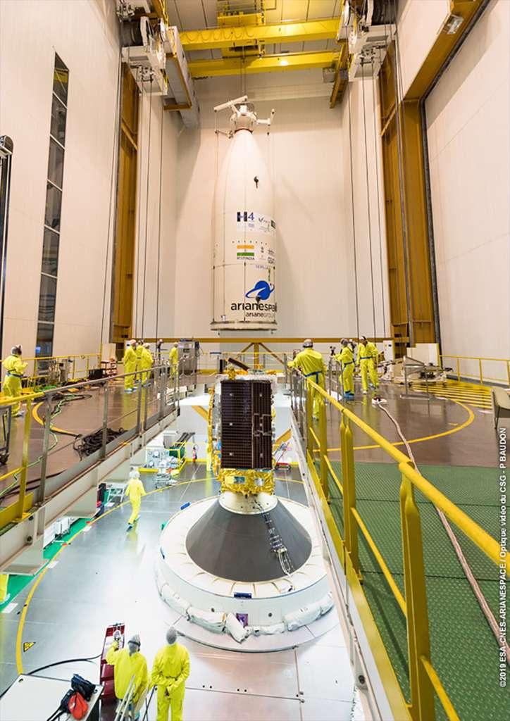 Installation de la coiffe d'Ariane 5. En position haute, le satellite HS-4/SGS-1. Le satellite GSAT-31 n'est pas visible. Il est en position basse, à l'intérieur du Sylda. © ESA/Cnes/Arianespace, Service optique du CSG
