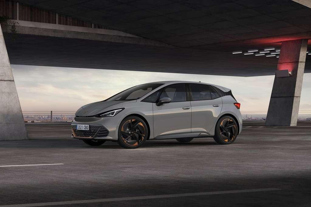 La filiation entre la Volkswagen ID.3 et la Cupra Born, qui partage la même plateforme châssis/moteur/batterie, est flagrante. © Cupra