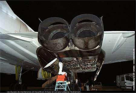 Deux réacteurs Olympus en pleine visite d'entretien censément aussi nocturne que secrète... © J.P. Lemaire / Musée de l'air et de l'espace