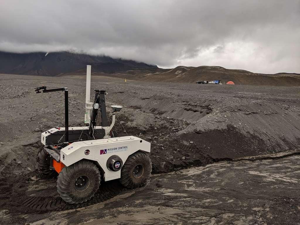 Sand-e, en situation dans un champ de lave en Islande. Le petit véhicule électrique se déplace grâce à quatre roues motrices entraînées par deux moteurs latéraux, et qui fonctionnent comme une pelleteuse grâce à 12 petites batteries de voiture dissimulée à l'intérieur. © Mission Control Space Services