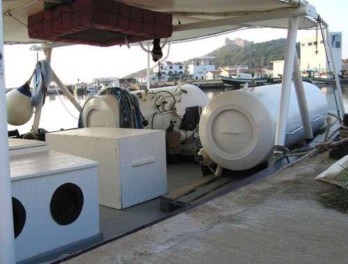 Figure 15 : bateau de corailleur avec deux caissons de décompression, à Tabarka, en Tunisie. © J.-G. Harmelin, tous droits réservés, reproduction et utilisation interdites