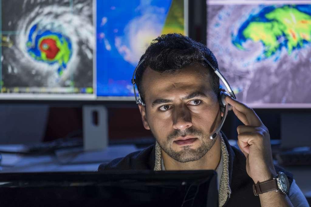 Le météorologue surveille sur ses écrans d'ordinateurs les mouvements atmosphériques afin de pouvoir transmettre des prévisions météorologiques. © Burlingham, Fotolia.