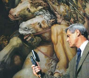 Maurizio Seracini en pleine action sur une fresque (Crédit : Laila Pozzo).