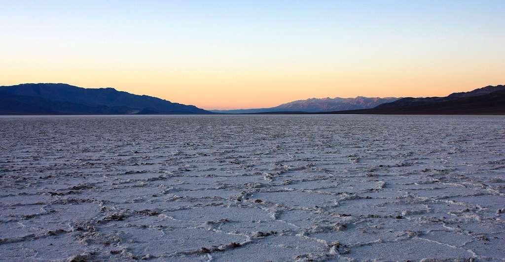 Badwater est une dépression située en Californie, dans la vallée de la Mort, au sud-ouest des États-Unis. Badwater est le point le plus bas en Amérique du Nord avec une altitude de 85,5 mètres sous le niveau moyen de la mer. © Joe Parks, Wikimedia commons, CC BY 2.0
